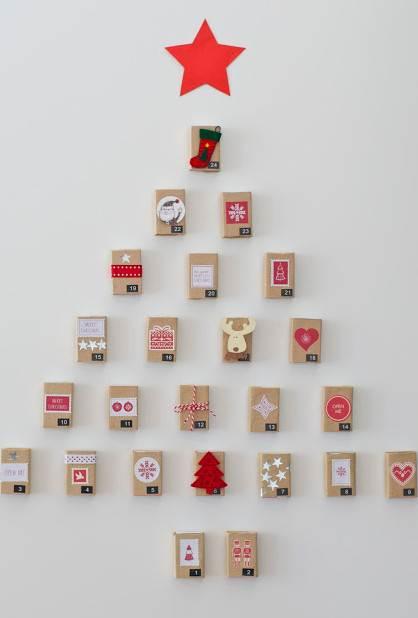 Árbol navideño para pared realizado con cajas