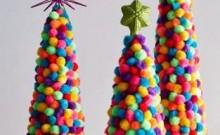 Arboles de Navidad con pompones de lana