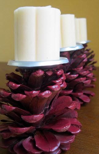 Centro de mesa navide o hecho con pi as y velas for Centro de mesa navideno manualidades