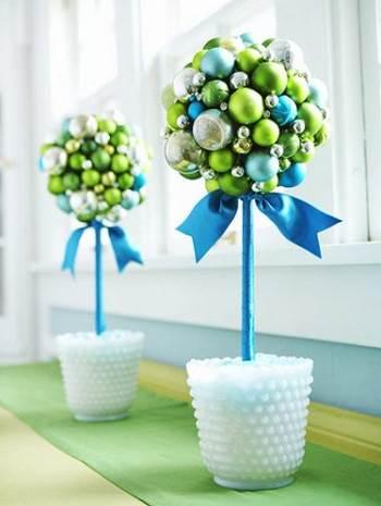 Topiarios navide os con esferas for Centro mesa navidad manualidades