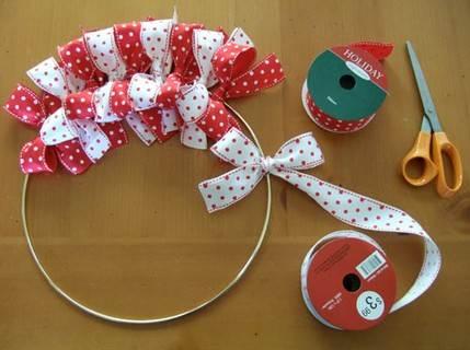 Corona navideña de cintas