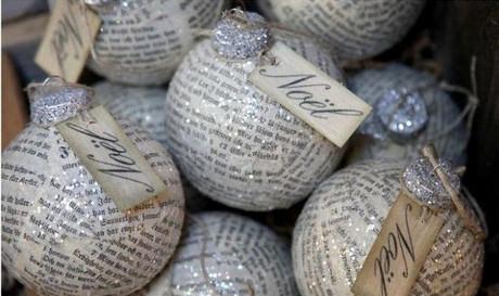 esferas de navidad con periodicos