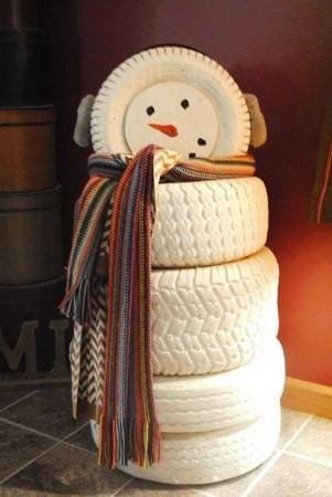 Muñeco de nieve con neumaticos